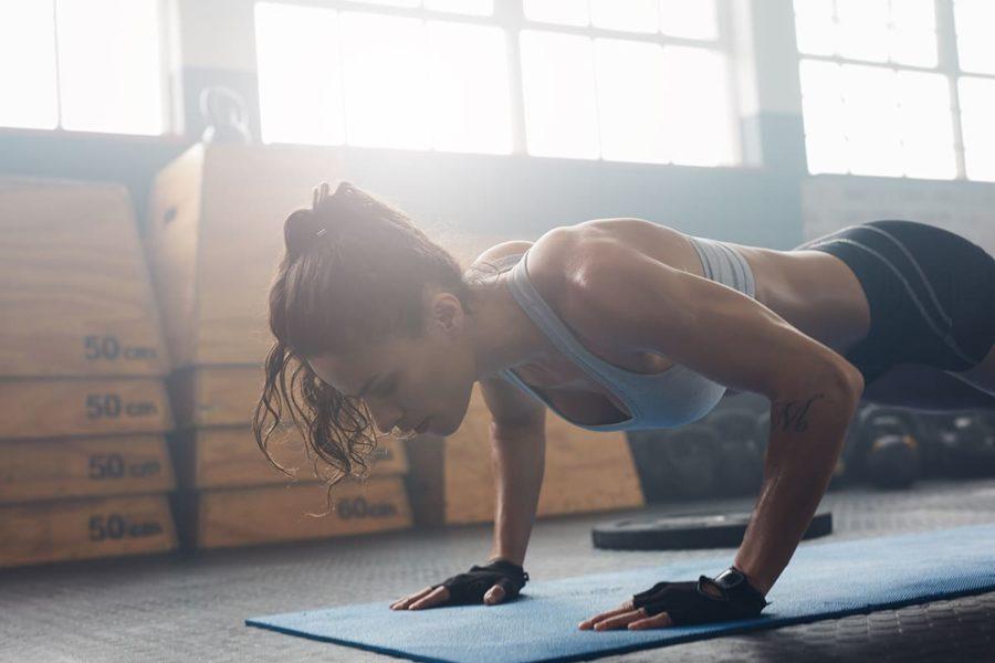 Спортивная девушка выполняет отжимание от пола. Определяем уровень своей физической подготовки